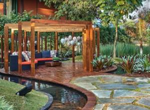 Jardim convidativo com espécies tropicais